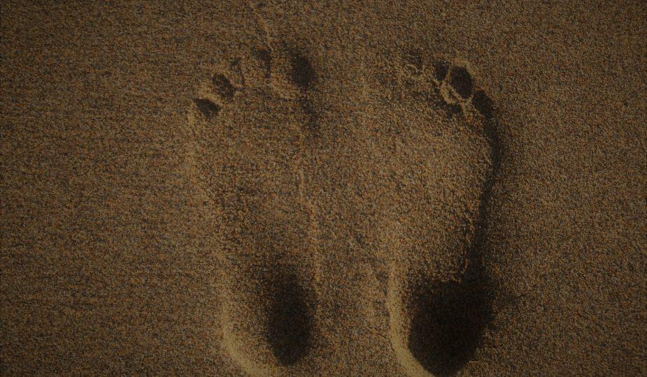 afbeelding voeten in zand
