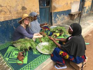 Marise rist moringa bladeren in verbinding met lokale vrouwen in Ghana